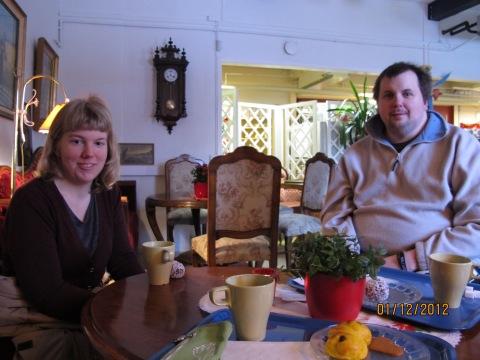 Elin och Jonas! Vi fikade förrs på Solrosen innan vi shoppade loss! ;(