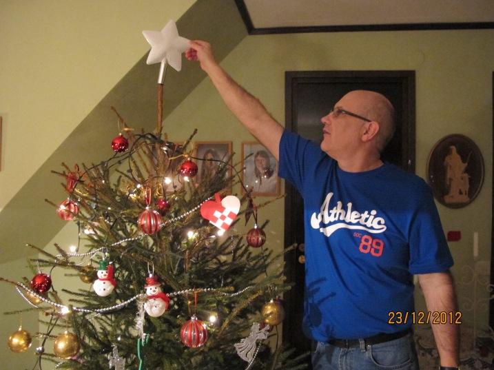 Pappa sätter upp julstjärnan! :D