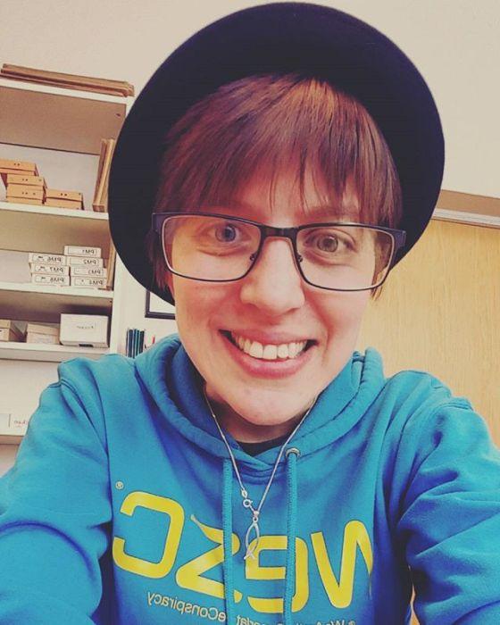 Älskar min engelska-frökens hatt!